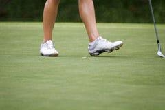 Giocatori di golf femminili che camminano sul verde Fotografie Stock
