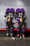 Giocatori di hockey della gioventù in pompa del pugno Immagine Stock
