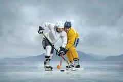 Giocatori di hockey su ghiaccio Immagini Stock