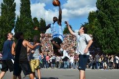Giocatori di pallacanestro in Berlins Mauerpark con la folla nel fondo Fotografia Stock Libera da Diritti