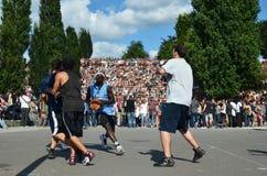 Giocatori di pallacanestro in Berlins Mauerpark con la folla nel fondo Immagini Stock