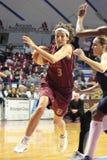 Giocatori di pallacanestro femminili nell'azione Immagini Stock Libere da Diritti