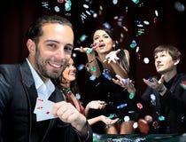 Giocatori di poker che si siedono intorno ad una tavola Fotografie Stock Libere da Diritti