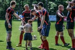 Giocatori di rugby che hanno una rottura Immagini Stock