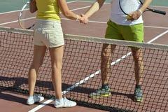 Giocatori di tennis che agitano le mani Fotografie Stock