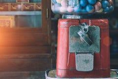 Giocattoli antichi dello slot machine delle uova con le uova variopinte, sedere d'annata Fotografie Stock
