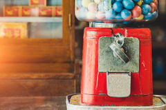 Giocattoli antichi dello slot machine delle uova con le uova variopinte, sedere d'annata Immagine Stock