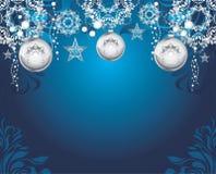 Giocattoli argentei di Natale su fondo decorativo blu scuro Fotografia Stock