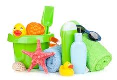 Giocattoli, asciugamani e bottiglie del bambino della spiaggia Fotografie Stock