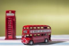 Giocattoli, autobus a due piani e cabina telefonica rappresentativi, appunto Immagini Stock