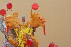 Giocattoli cinesi variopinti del drago sul fondo della parete, pong-paeng immagine stock