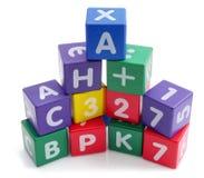 Giocattoli colorati di legno della torre dei cubi Fotografia Stock