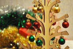 Giocattoli decorativi di Natale sull'albero di Natale Immagini Stock Libere da Diritti