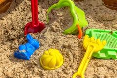 Giocattoli dei bambini per la sabbiera nella sabbia Fotografia Stock