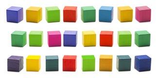 Giocattoli dei blocchetti di legno di colore, mattoni di legno multicolori in bianco del cubo fotografia stock