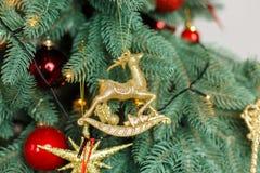 Giocattoli del decoratibe del treewith di Natale Fotografie Stock Libere da Diritti