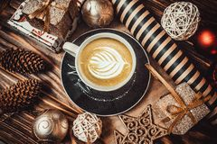 Giocattoli del nuovo anno e della tazza di caffè su un fondo di legno immagine stock