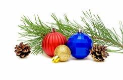 Giocattoli del nuovo anno e una filiale del pino Fotografia Stock