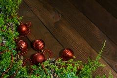 Giocattoli del ramo e di natale dell'abete sul legno immagini stock libere da diritti