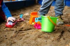 Giocattoli del ` s dei bambini nella sabbiera Fotografie Stock