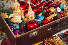 Giocattoli del ` s del nuovo anno in una valigia Fotografie Stock Libere da Diritti