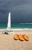 Giocattoli dell'acqua alla spiaggia fotografia stock libera da diritti