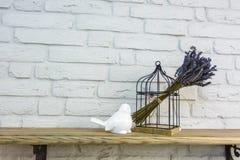 Giocattoli della decorazione interna Uccello decorativo bianco vicino alla gabbia nell'interno costoso del sottotetto fotografie stock libere da diritti