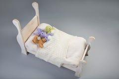 Giocattoli della peluche in un letto Fotografia Stock Libera da Diritti