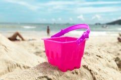 Giocattoli della sabbia dei bambini sulla spiaggia Immagini Stock Libere da Diritti