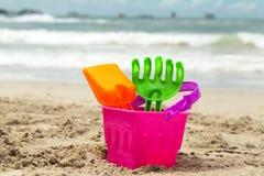 Giocattoli della sabbia dei bambini sulla spiaggia Fotografie Stock Libere da Diritti