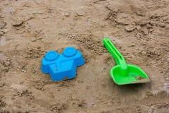 giocattoli della sabbia nel campo da giuoco Immagini Stock