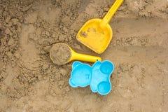 giocattoli della sabbia nel campo da giuoco Fotografie Stock Libere da Diritti