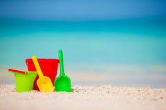 Giocattoli della spiaggia del bambino sulla spiaggia sabbiosa bianca Fotografie Stock Libere da Diritti