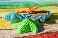 Giocattoli della spiaggia su un asciugamano Fotografia Stock