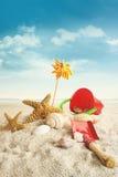 Giocattoli della spiaggia sulla spiaggia contro cielo blu immagini stock