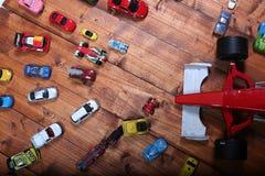 Giocattoli delle automobili su un fondo di legno Immagini Stock