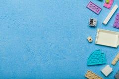 Giocattoli di creatività, particelle elementari, pensiero logico dei bambini Copi lo spazio per testo fotografia stock