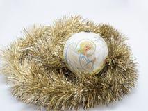Giocattoli di festa del nuovo anno di Natale sopra fondo bianco Immagini Stock Libere da Diritti