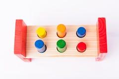 Giocattoli di legno in anticipo di sviluppo di bambino su bianco Immagini Stock