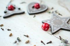 Giocattoli di legno di Natale sulla tavola Albero, cuore, stella e spezie Priorità bassa rustica di natale Immagini Stock Libere da Diritti