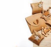 Giocattoli di legno fatti a mano e scatole di Natale per i regali della carta kraft Immagine Stock