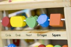 Giocattoli di legno per imparare e gioco con le forme e per colorare f selettiva immagini stock libere da diritti