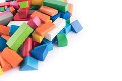 Giocattoli di legno, progettista variopinto del ` s dei bambini su fondo bianco, spettacolo con un bambino, sviluppo dei bambini  Immagine Stock