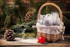 Giocattoli di Natale con l'albero di Natale Fotografia Stock
