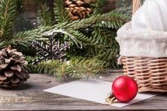 Giocattoli di Natale con l'albero di Natale Immagini Stock