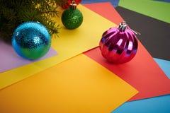 Giocattoli di Natale del fondo del nuovo anno ed albero di Natale Immagine Stock