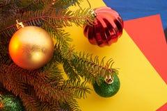 Giocattoli di Natale del fondo del nuovo anno ed albero di Natale Fotografia Stock