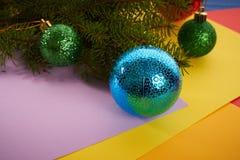 Giocattoli di Natale del fondo del nuovo anno ed albero di Natale Fotografie Stock