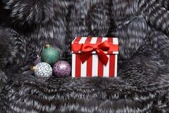 Giocattoli di Natale e scatola attuale su pelliccia Fotografie Stock Libere da Diritti