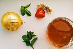 Giocattoli di Natale e una tazza di tè Fotografia Stock